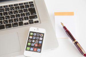 パソコンとペンと携帯