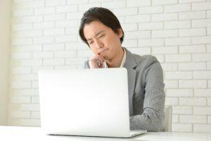 パソコンをみる男性